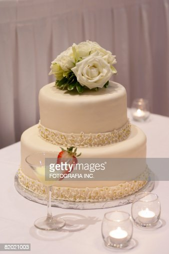 Two level wedding cake photo getty images for Interieur wedding cake
