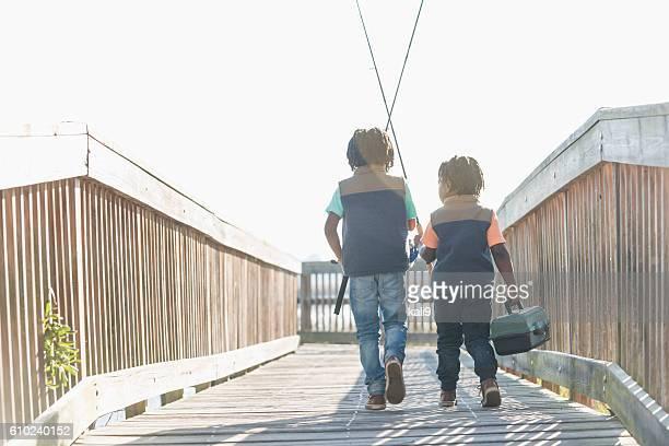 Deux petits garçons afro-américaine, aller à la pêche