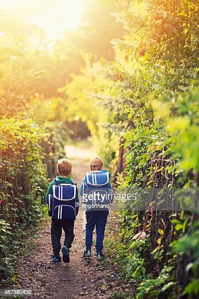 Deux petits garçons Retour à l'école