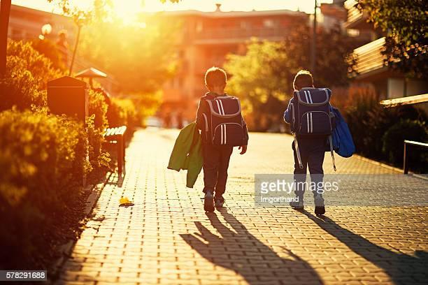 Zwei kleine Jungs Rückkehr in die Schule