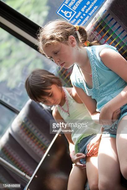 Zwei kleine Mädchen im bus