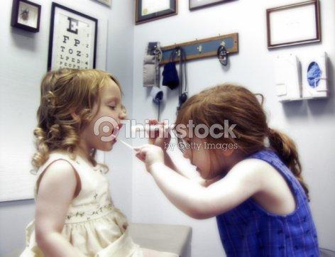 Zwei Kleine Mädchen Spielen Arzt Stock Foto Thinkstock