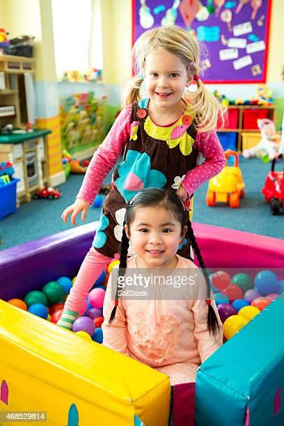 Zwei Mädchen spielen in der ball-pool