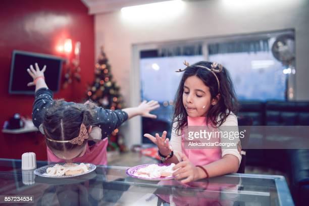 Twee zusjes concurreren eten van een Cake zonder handen