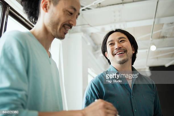 2 つのデザイナーのスタジオで働く男性