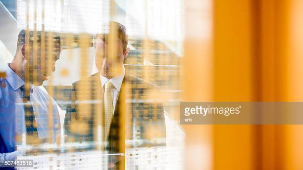 Deux responsables à travers un mur de verre