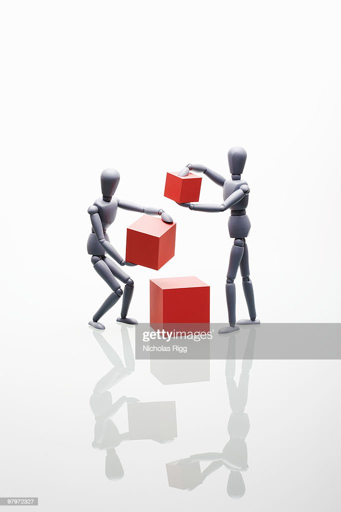 Two mannequins holding boxes : Foto de stock