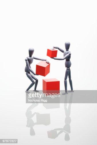 Two mannequins holding boxes : Bildbanksbilder