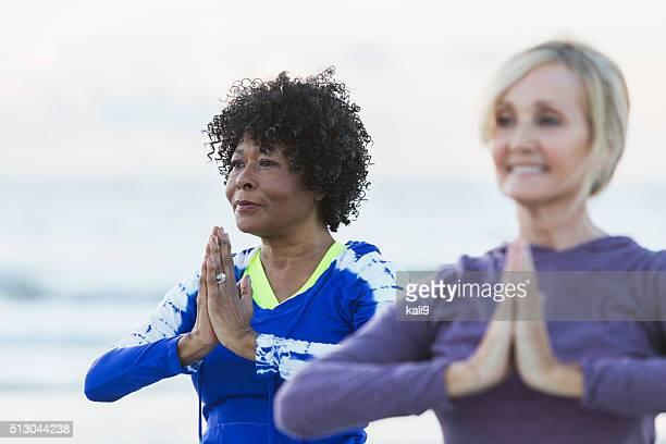 """Deux femmes d'âge mûr l """" exercice sur la plage, faire du Yoga"""