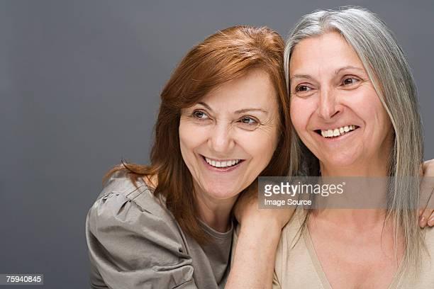 Deux femmes d'âge mûr souriant