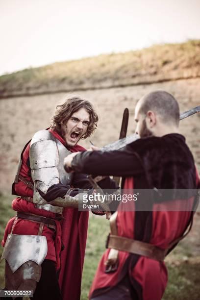 Zwei mittelalterliche Tempelritter in der Schlacht
