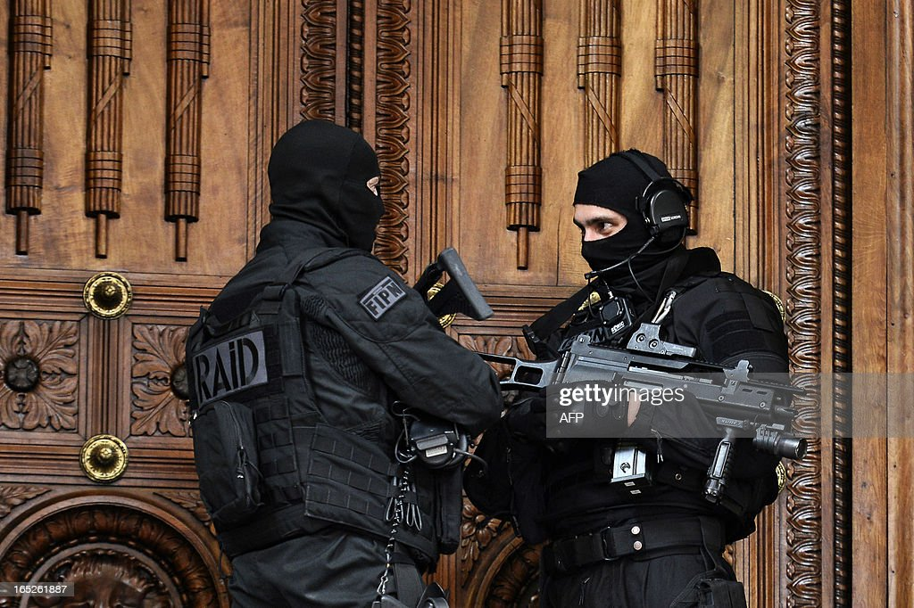 Two members of the French special police forces (GIPN and RAID) secure Lyon's criminal court, on April 2, 2013, on the opening day of Christophe Khider and Omar Top El Hadj's trial. They are judged for having escaped from jail using explosives and taking hostages two prison staffs. AFP PHOTO / JEFF PACHOUD
