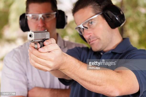 Zwei Männer im Shooting Range