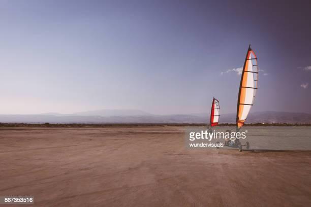 Twee mannen doen land zeilen extreme sport op het strand