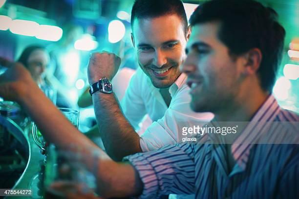 Zwei Männer, die Bier in einer Bar.