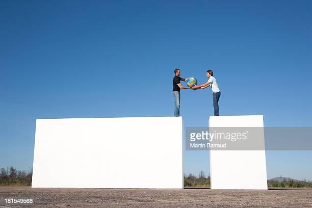Zwei Männer passen Welt im Freien