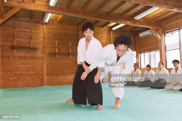 2 人の男性に合気道の練習