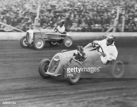 Two men racing midget cars (B&W) : Foto de stock
