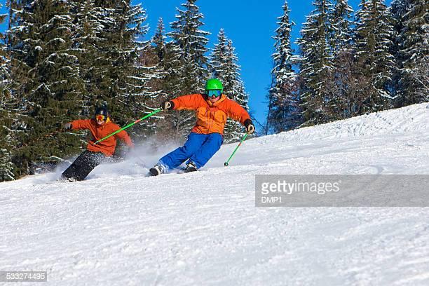 Zwei Männer Skifahren nahe beieinander auf Geschwindigkeit auf Ski slope