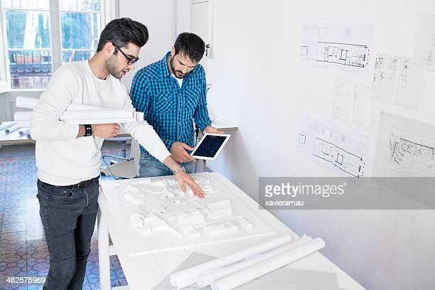 Zwei Männer reden über die neuen Gebäude Projekt.