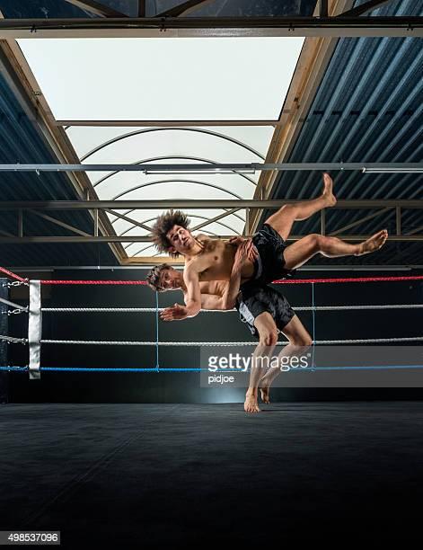 Zwei Männer Thai-Boxen