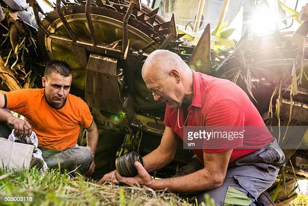 Zwei Männer in einem Mähdrescher ändern teilweise