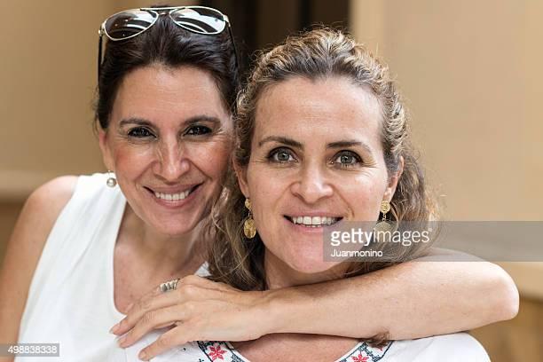 Deux moyen femmes posant souriant