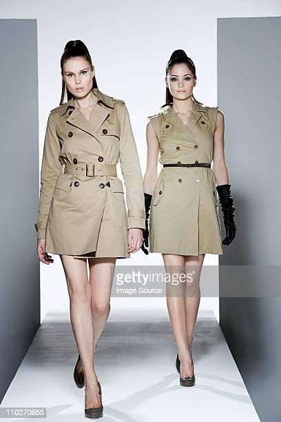 Deux modèles sur le Podium de défilé de mode