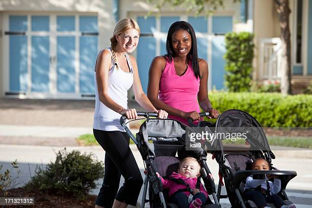 Deux mères avec des bébés dans des poussettes