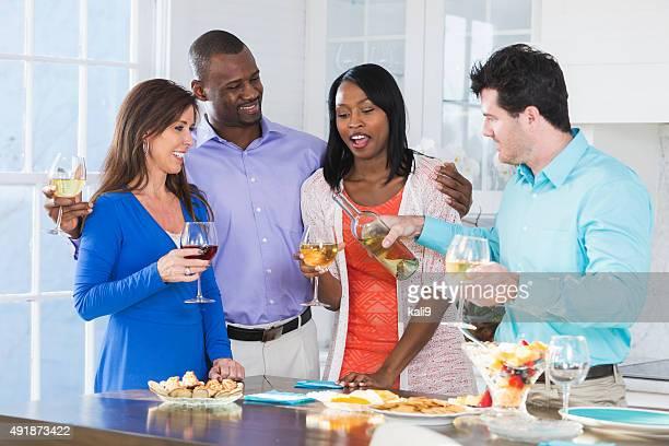 Zwei multi-ethnischen Paare, Wein und Appetithäppchen