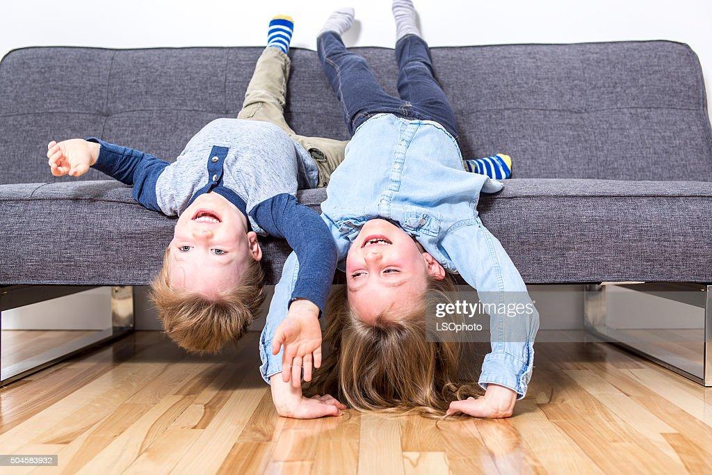 Divano Letto Per Bambino : Due bella bambino ragazzo e ragazza sul divano letto foto stock