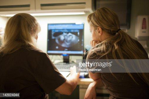 Two nurses discuss ultra sound results : Foto de stock