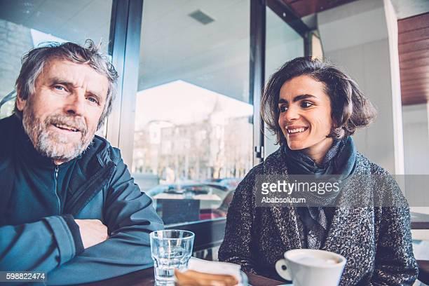 Zwei alte Freunde haben Kaffee im Caffe Triest, Europa