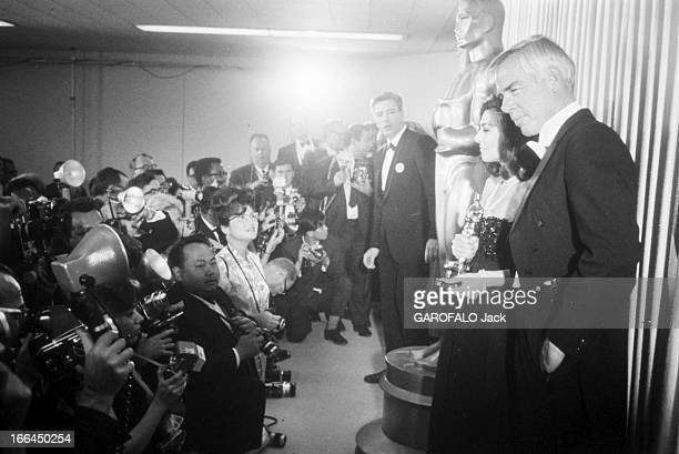 Two Oscars For The Film 'Un Homme Et Une Femme' By Claude Lelouch Los Angeles avril 1967 Pour la cérémonie de remise des Oscars/Bob Hope Candice...