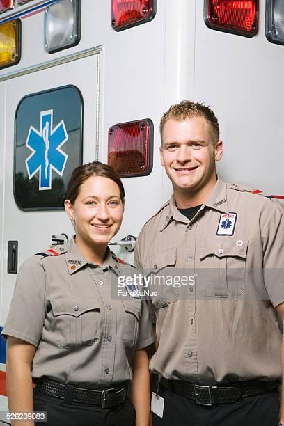Dos paramedics frente de ambulancia, de retratos