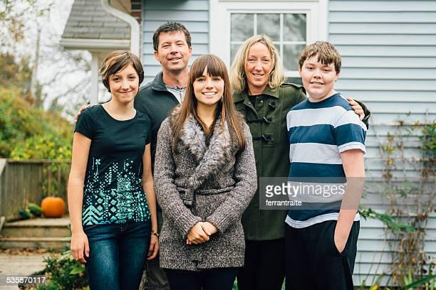 Deux parents avec trois jeunes enfants à la maison