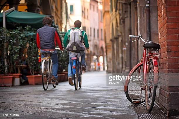 Due persone in bicicletta di Pisa, Italia