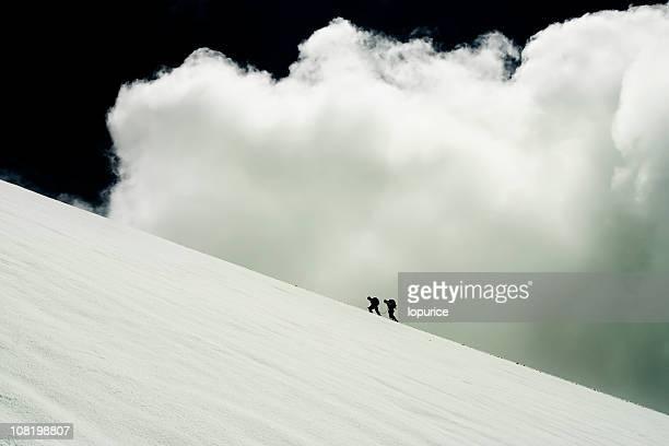 Due persone arrampicata montagna sul ghiacciaio
