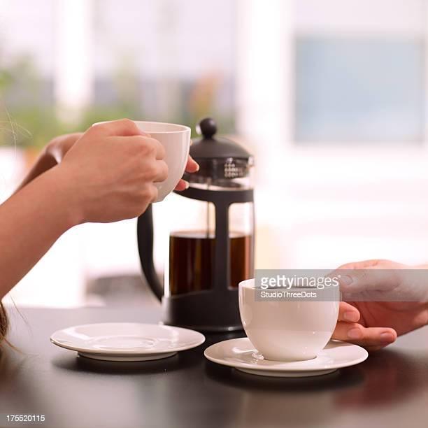 2 人は、コーヒーをお楽しみいただけます。