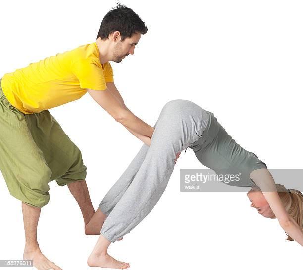 Zwei Menschen, die yoga zusammen