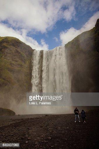 Two people near Skogafoss waterfall : Foto de stock