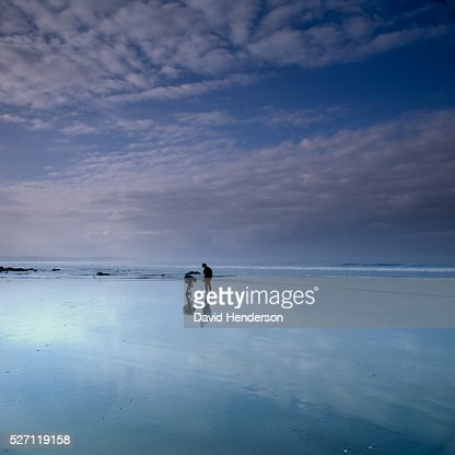 Two people on beach at dusk : Stock-Foto