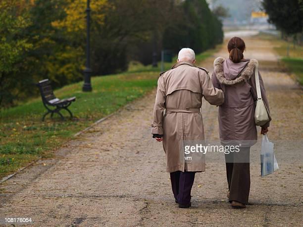 Due persone a piedi in un parco in autunno giorno