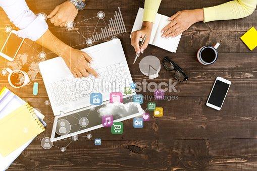 Imagenes De Personas Trabajando En Equipo: Dos Personas Trabajando En Equipo Foto De Stock