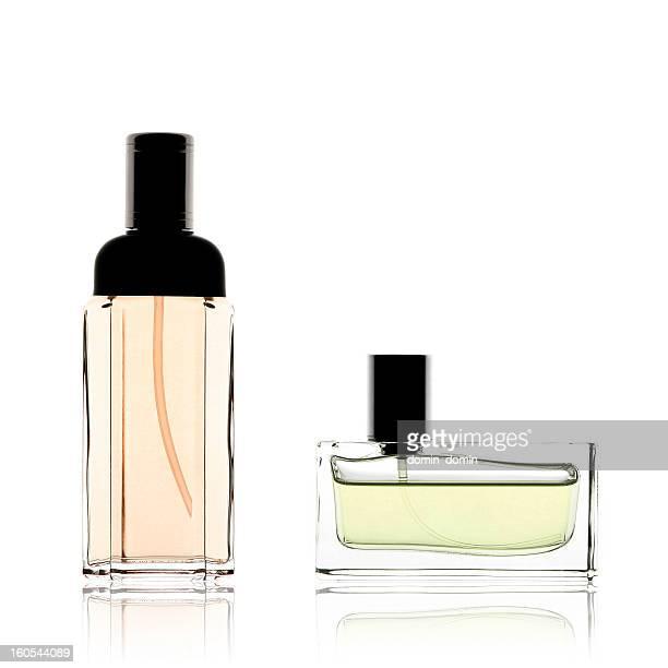 Due bottiglie di profumo verticale e orizzontale, isolato su bianco