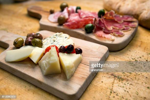 Dos placas con jamón, Salami y jamón serrano y queso