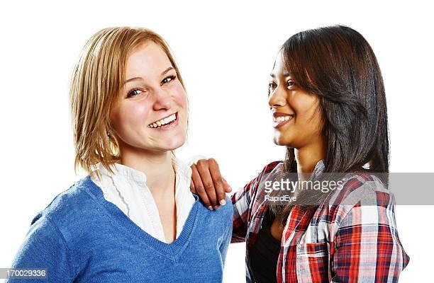 Zwei hübsche junge Frauen lachen zusammen