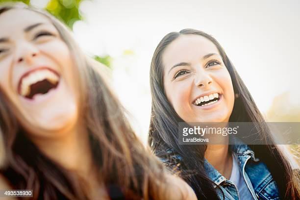 Zwei echte Lachen Freundinnen