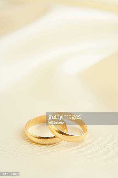 Zwei Ringe auf weißem Hintergrund