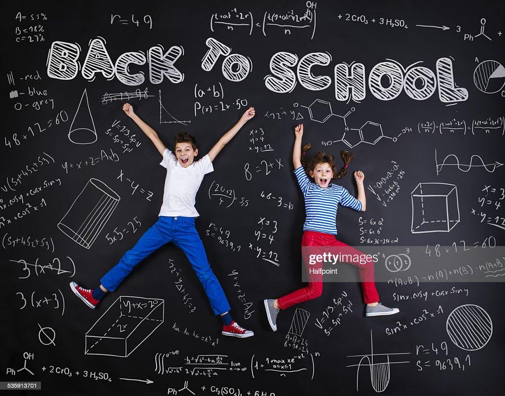 Dos schoolkids aprendizaje : Foto de stock